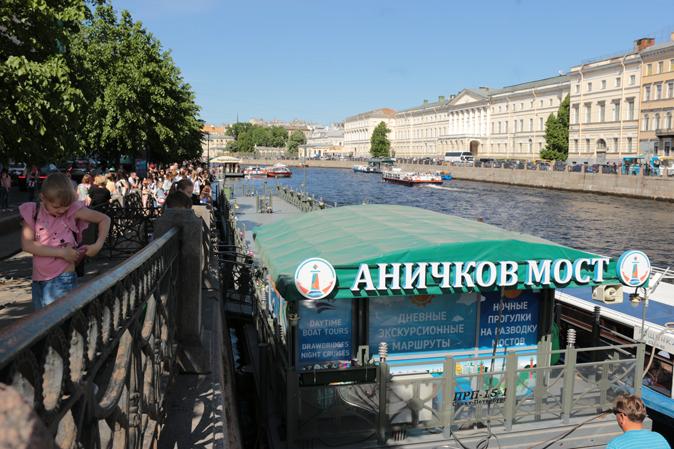 Водные экскурсии в Санкт-Петербурге, водные экскурсии по рекам и каналам, водные экскурсии по Неве, водные прогулки на развод мостов, пристань у Фонтанки 27, Аничков мост