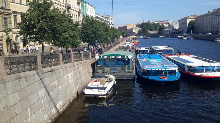 Экскурсии на теплоходах от Аничкова моста на набережной реки Фонтанка дом 27